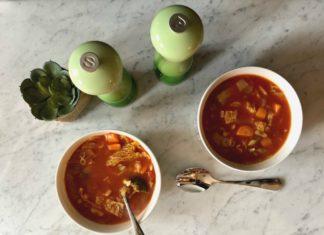 Recette de Soupe vide-frigo aux tomates, chou et légumes