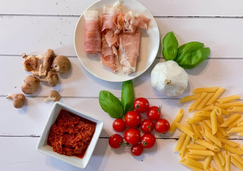 Les ingrédients de la recette de Pâtes au prosciutto, tomates cerises et tomates séchées