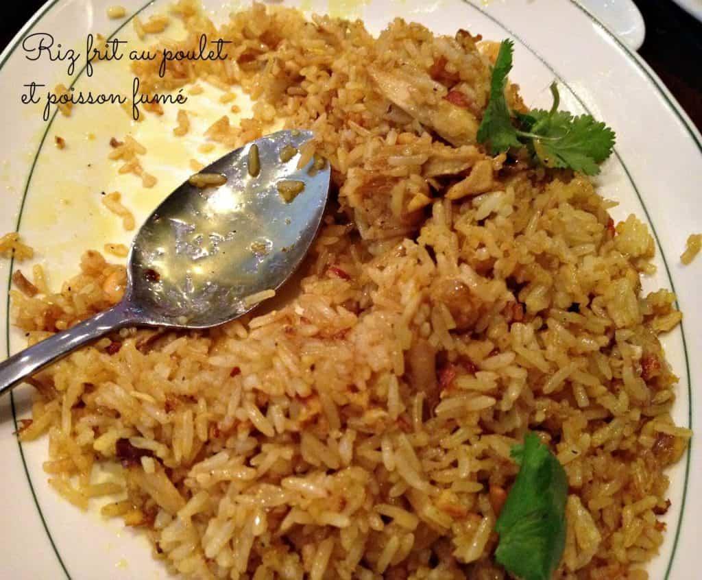 Riz frit au poulet et poisson fumé
