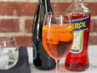 Prosecco, Aperol et un verre d'Aperol Spritz