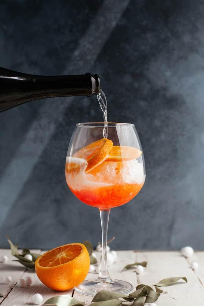 Prosecco versé dans un verre d'apérol spritz
