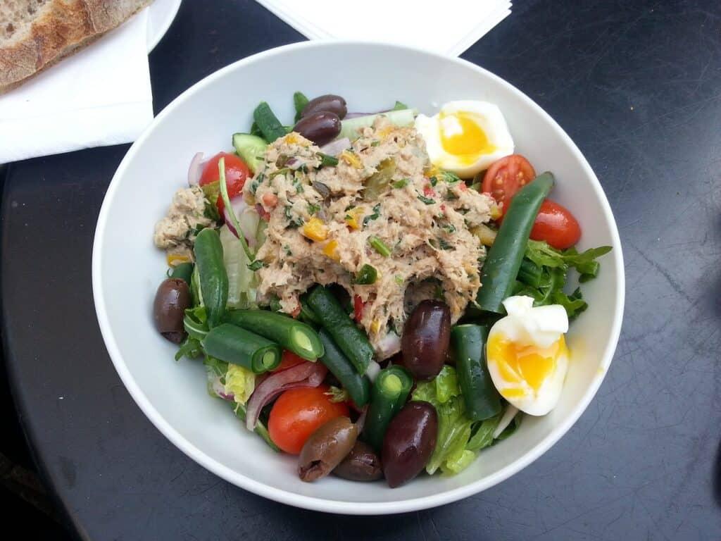 Salade avec du thon en conserve