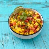 Bol de salsa à la mangue, lime et coriandre