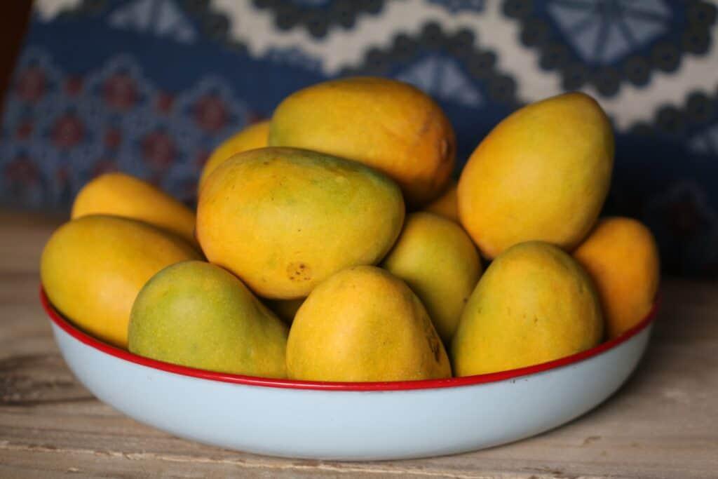 Bol avec des mangues pour faire de la salsa de mangue