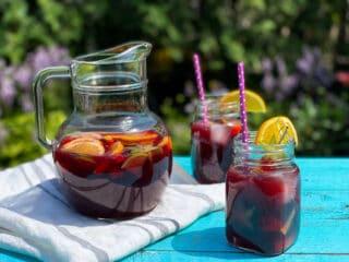 Pichet de sangria au vin rouge et deux verres