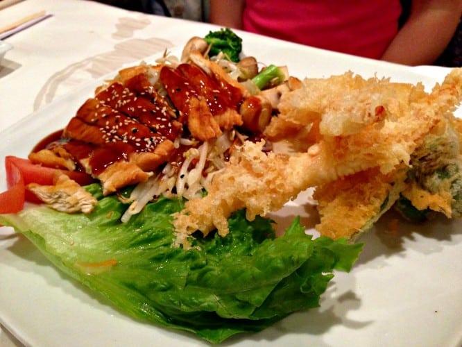 Poulet teriyaki et tempuras. Bien qu'également bon, ce plat n'est pas à la hauteur des sushis à mon avis.
