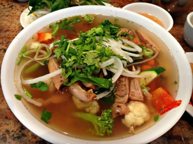 Soupe au poulet grillé et légumes