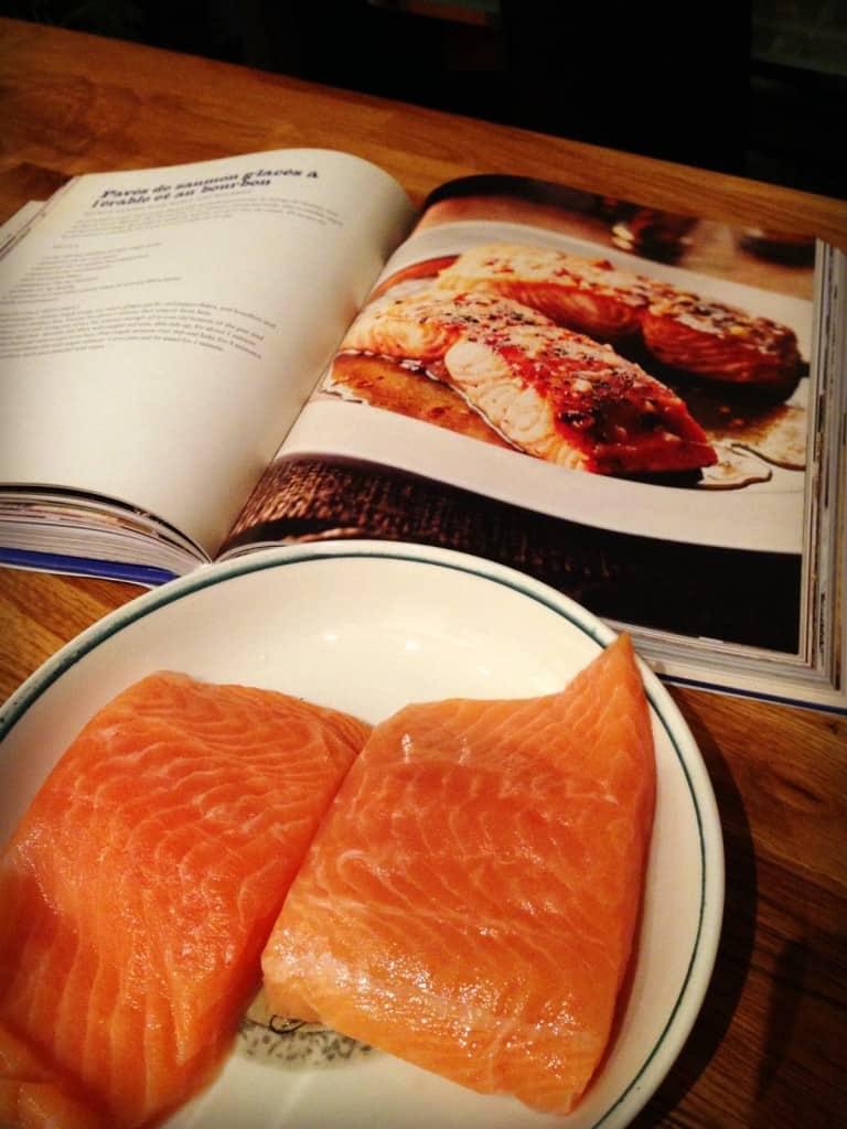 On se prépare à cuisiner la recette de pavés de saumon glacés à l'érable et au bourbon