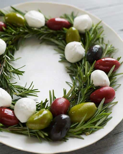 Une couronne de Noël garnie d'olives et de bocconccinis