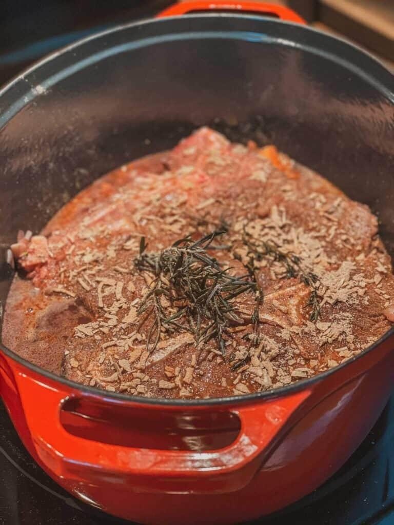 Le rôti de palette avec vin rouge, herbes, bouillon et sachet de soupe à l'oignon... prêt à être enfourné.