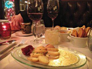Repas de raclette avec viande de grison et pommes de terre