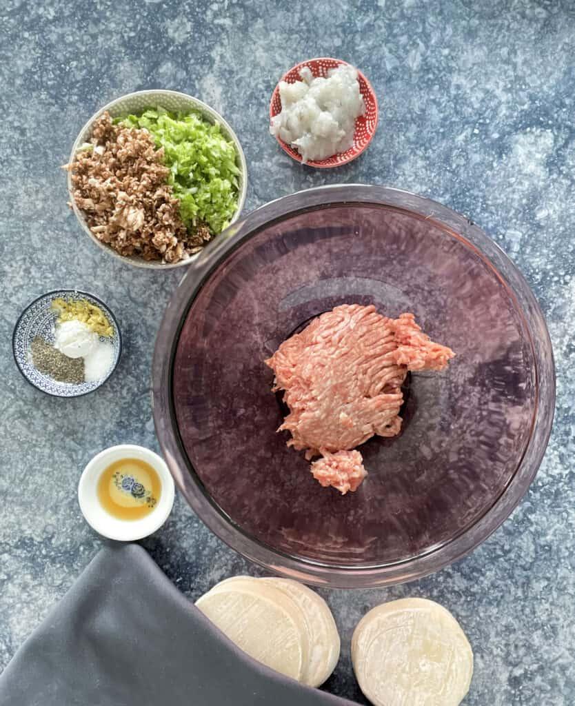 Les ingrédients de la farce des dumplings: porc haché, crevettes, chou, champignons et épices