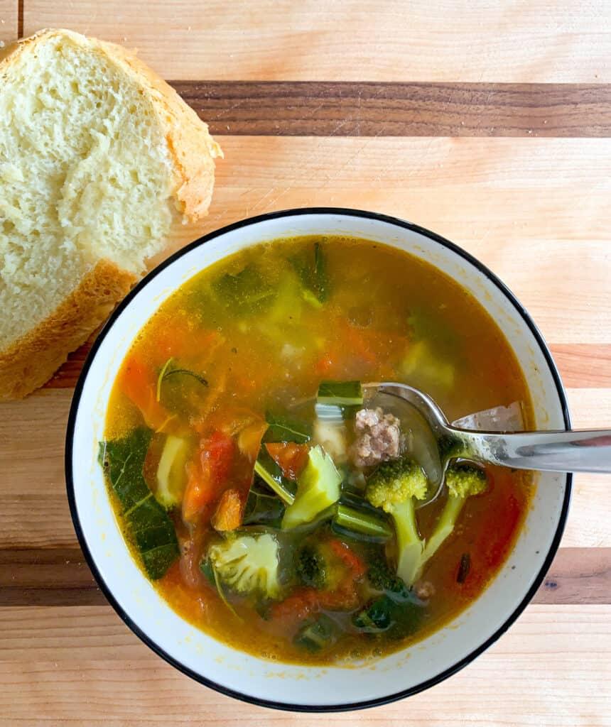 Soupe aux légumes, saucisses et kale