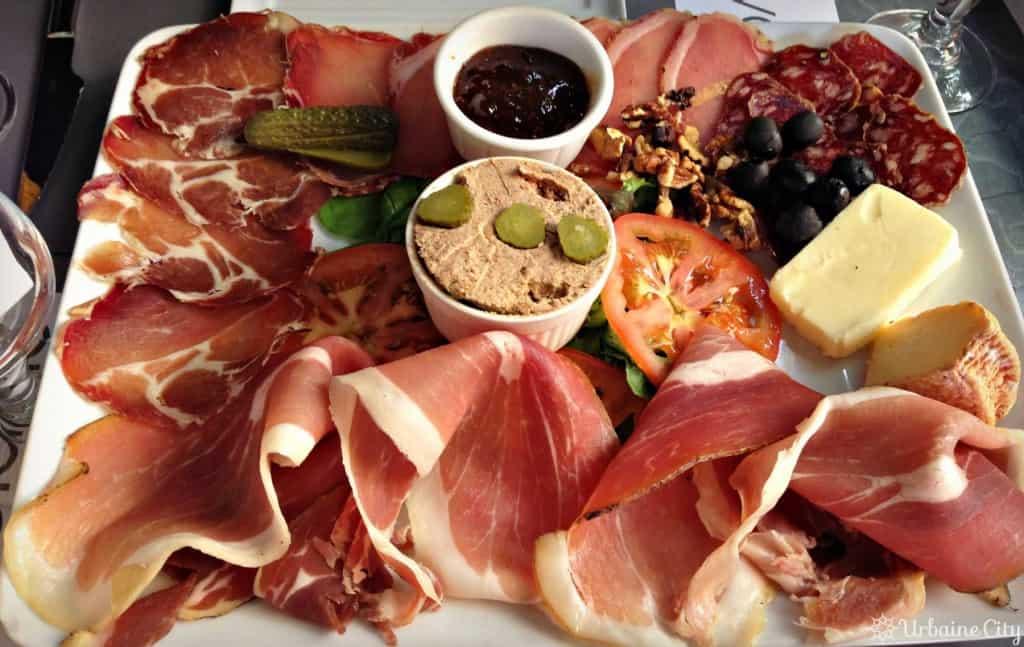 Assiette de charcuteries corses, accompagnée de fromages et confiture de figue
