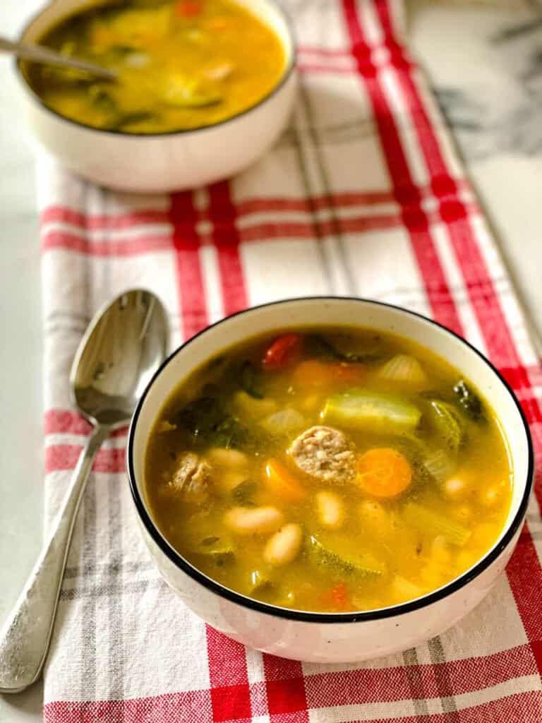 Soupe rustique aux saucisses italiennes, kale et haricots blancs