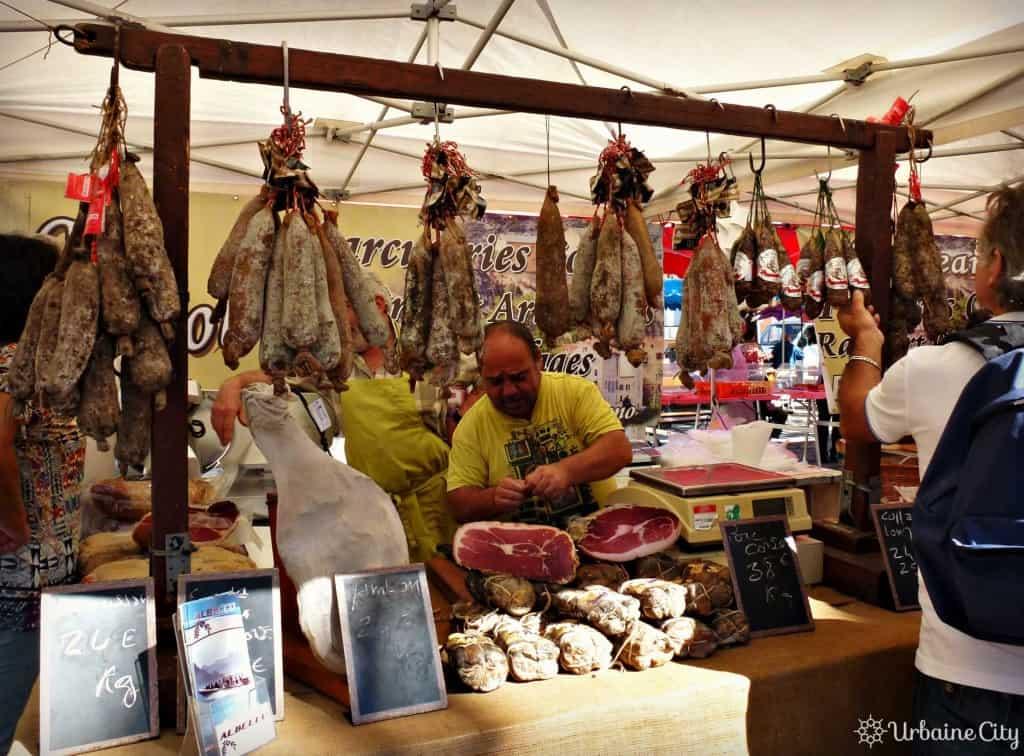 Marchand de charcuterie au marché d'Ajaccio
