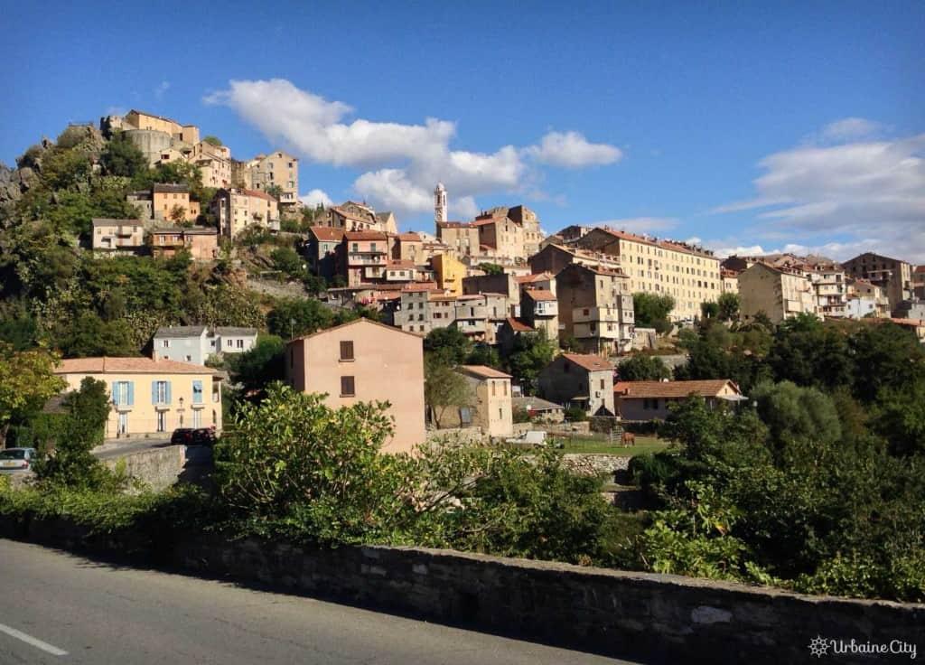 Vue sur la ville de Corte et sa citadelle