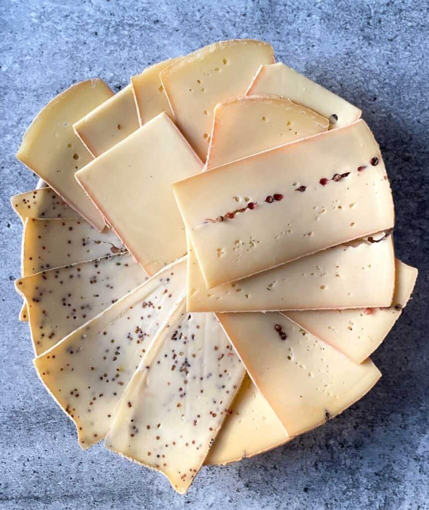 Quels fromages choisir pour une raclette? En voici 3 variétés: raclette classique, raclette à la moutarde et raclette au poivre