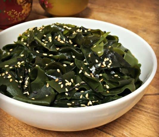 Salade d'algues, vinaigrette ponzu et sésame