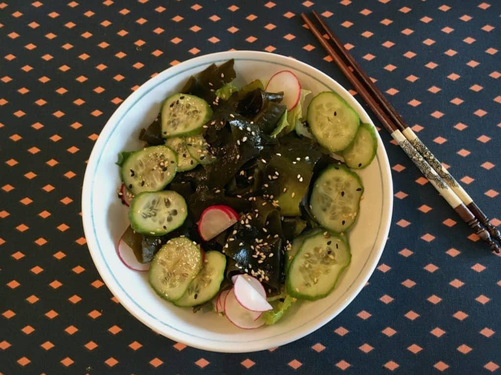Salade d'algues dans un bol