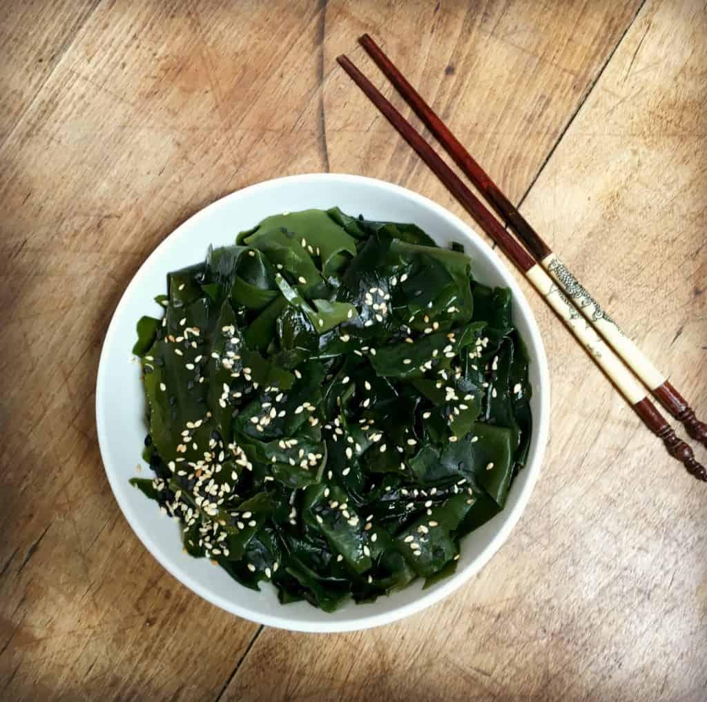 Salade d'algues avec des légumes
