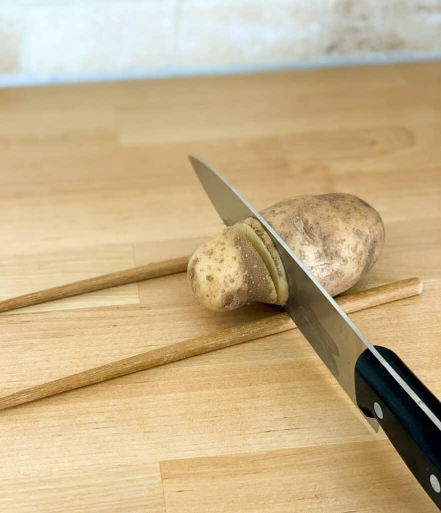 technique pour couper les patates façcon hasselback ou en accordeon