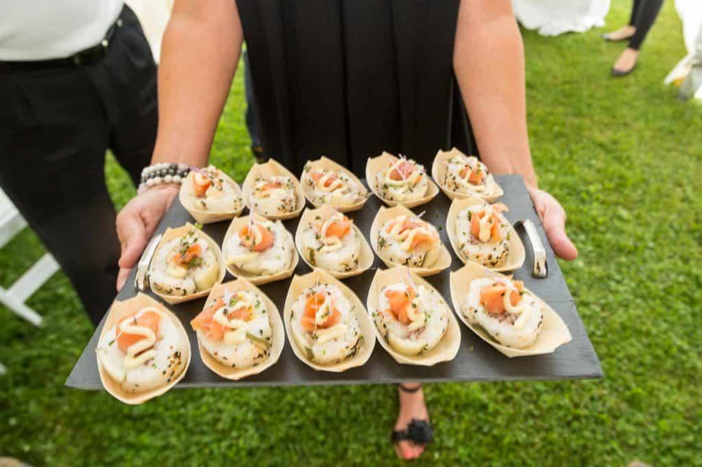 makis au saumon fumé et tartare d'émeu de Charlevoix, maïs grillé, et hollandaise au parfum de truffes avec cornichons Strubs