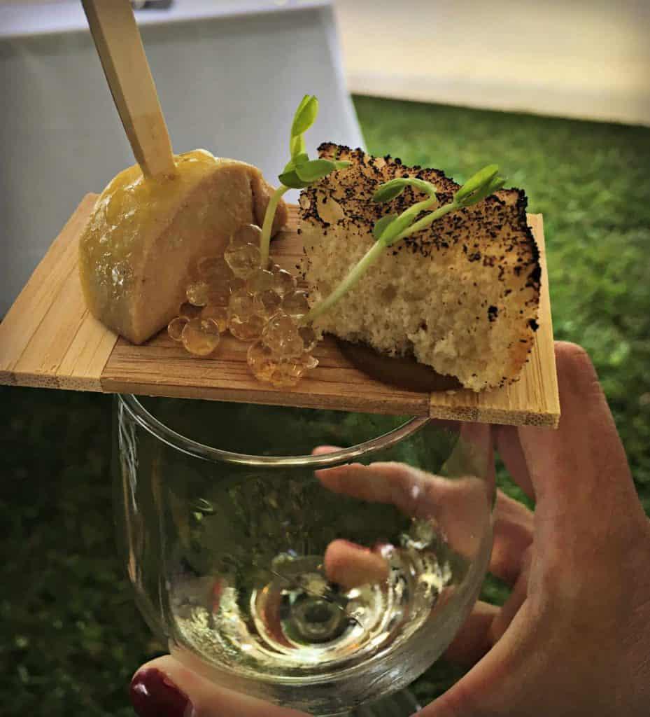 torchon de foie gras du Canard Goulu, compote de figues au cidre de glace, miroir au miel, perles au jus de pickle et petite brioche snackée à la torche.