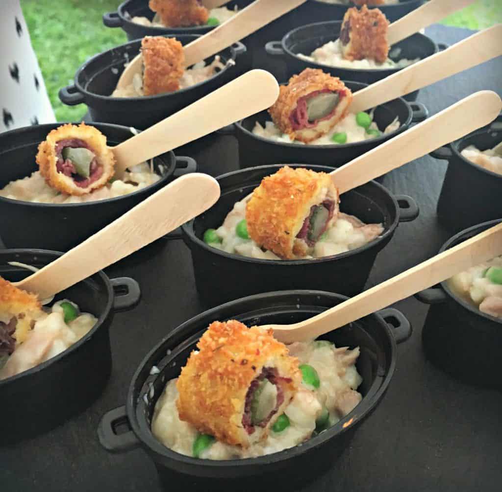 cassolette de risotto au confit de canard du Lac Brome, vieux cheddar, petits pois et cornichons fumés en croûte de Panko