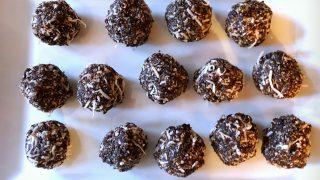 Boules d'énergie noix de coco, pruneaux et chocolat