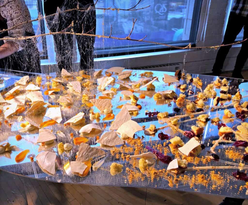 Fête de l'érable : un dessert déconstruit sur une table proposant des mignardises avec une pluie de sirop d'érable
