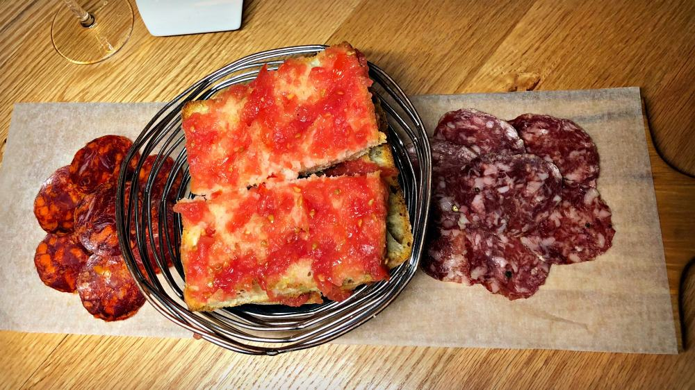 Saucisson et chorizo ibérique, pain de coca, tomate, huile d'olive  - Aperitivo - Tapas 24