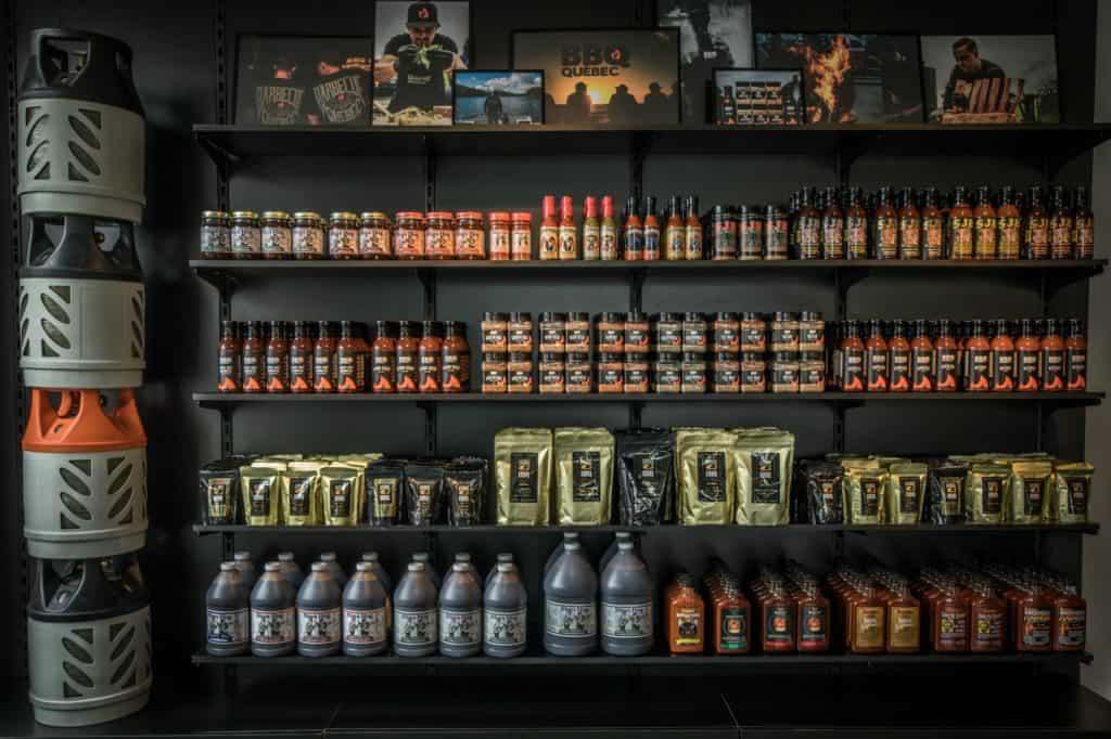 Rangées de sauces et épices chez BBQ Québec
