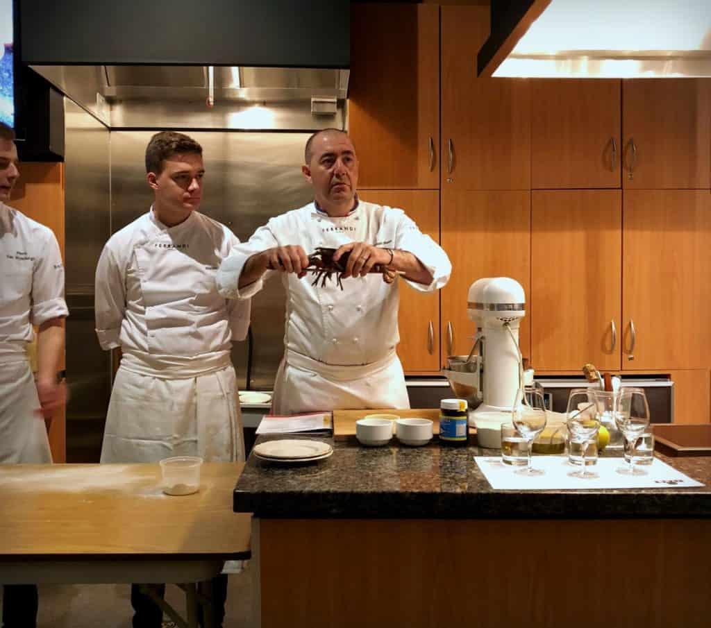 Le Chef Christophe Haton, de lécole de gastronomie Ferrandi à Paris explique comment décortiquer le hoard