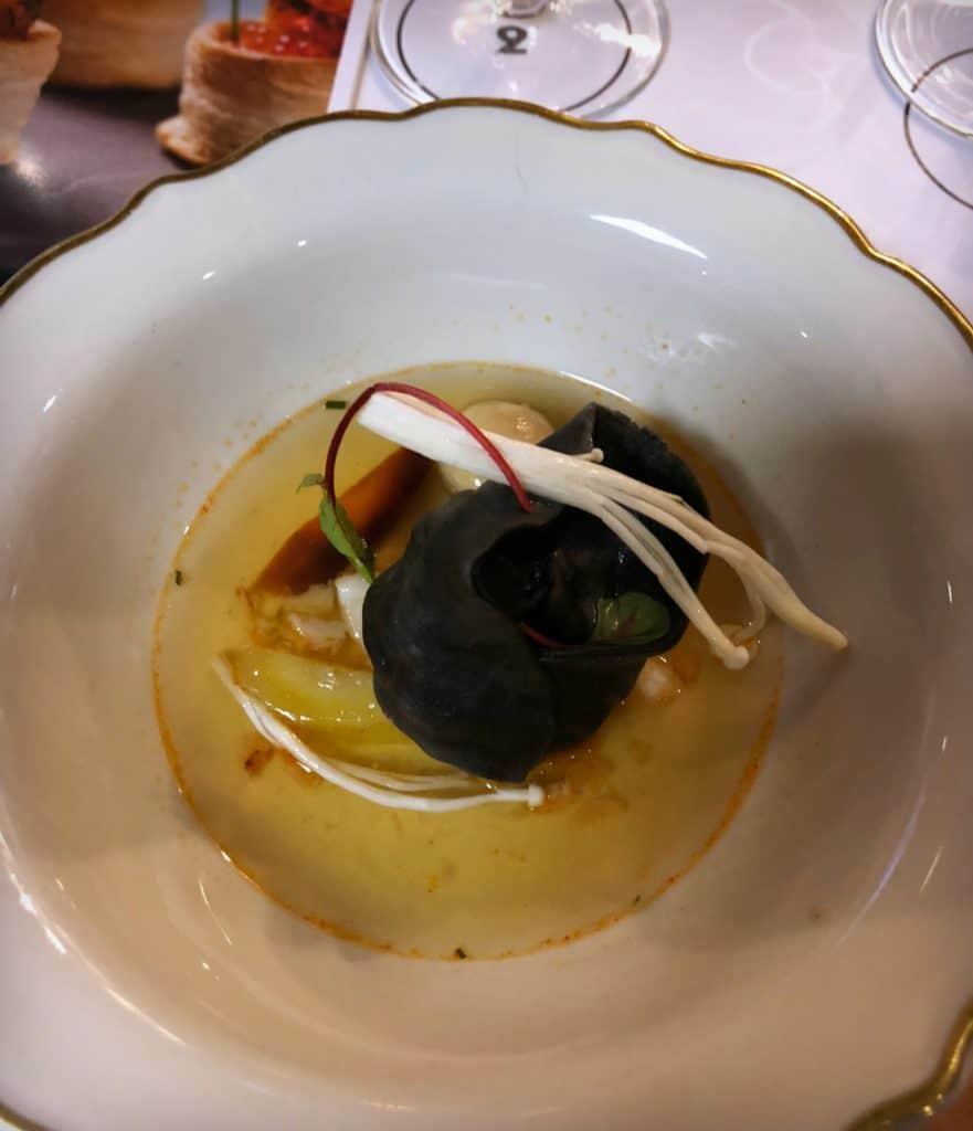 Ravioles de homard et bouillon parfumé