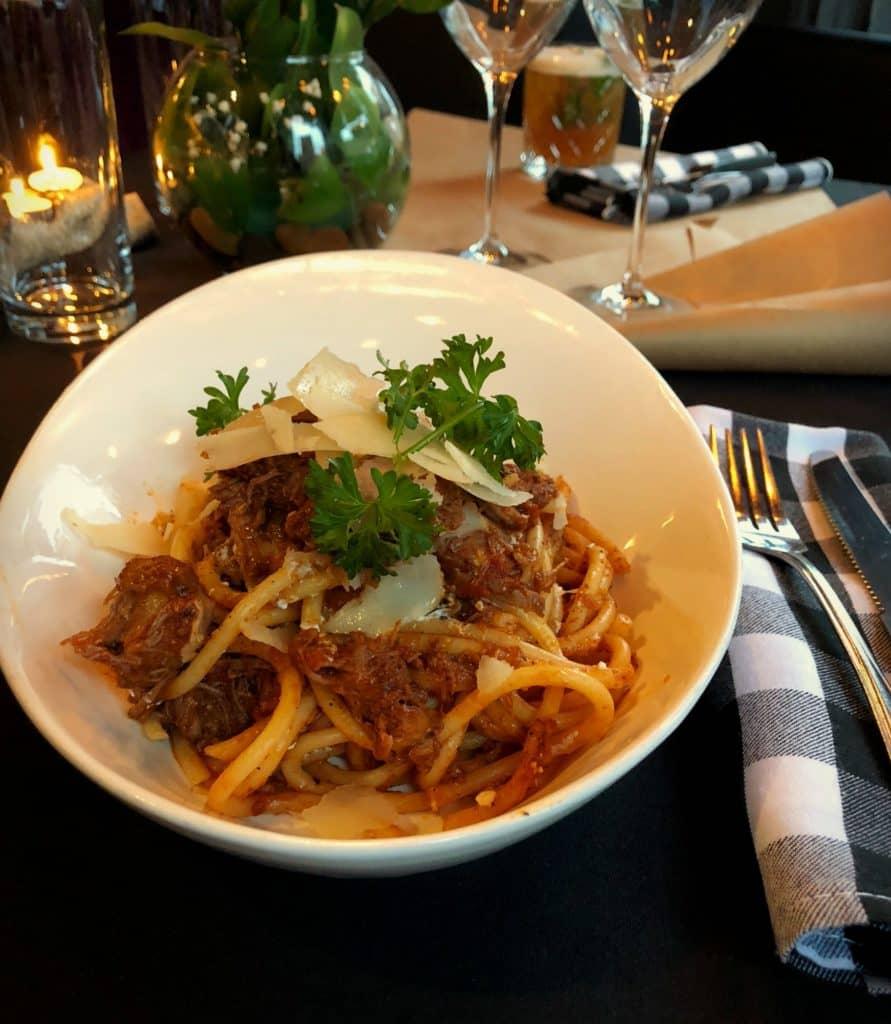 """""""Makaronada"""" Bucatini dans une sauce tomate mijotée avec des cubes de veau, orné d'un mélange de fromage Pecorino, Feta et Parmesan - servi à la Demande Générale durant la Pasta Week 2018 à Montréal"""