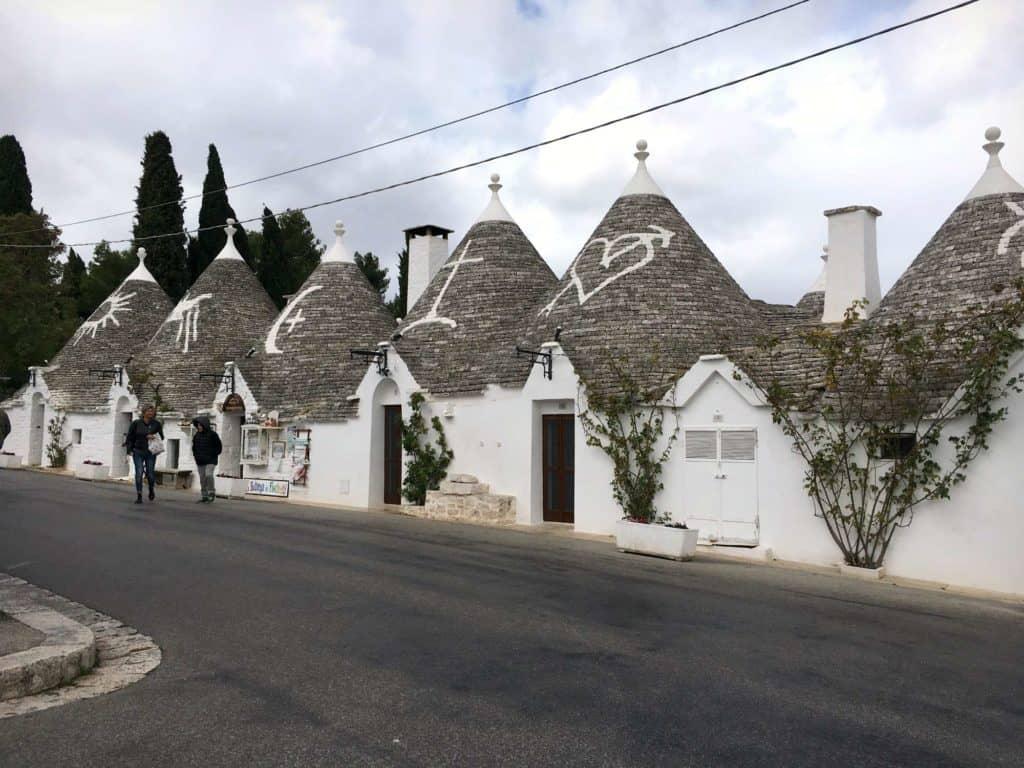 On s'interroge encore sur la signification des symboles dessinés sur les toits des trullis - Alberobello - - Pouilles - Italie | Guide de voyage - 5 jours dans les Pouilles, quoi voir et quoi faire