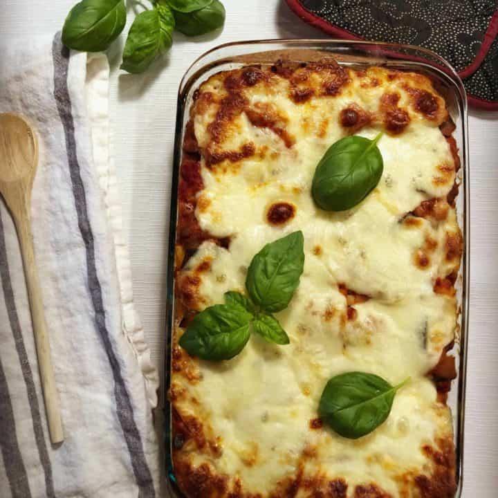 Pâtes aux aubergines et saucisses, gratinées à la mozzarella fresca Galbani