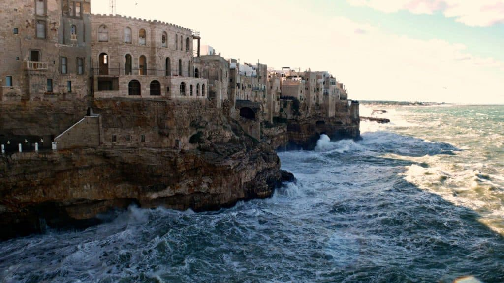 Polignano a mare et ses falaises - les Pouilles - Italie | Guide de voyage : 5 jours dans les Pouilles, quoi voir et quoi faire