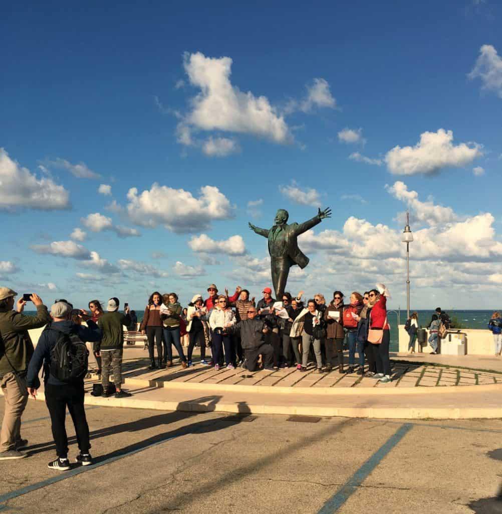 Devant la statue de Domenico Mudognu à chanter Volare - à Polignano a Mare - les Pouilles - Italie | Guide de voyage : 5 jours dans les Pouilles, quoi voir et quoi faire