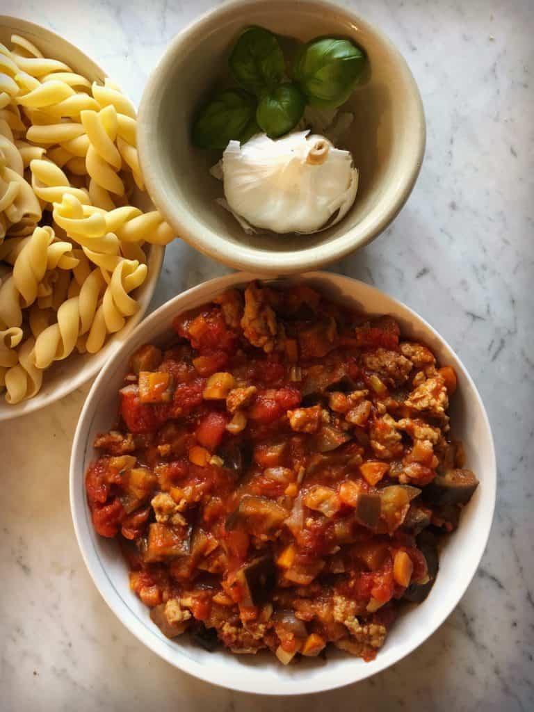 Sauce, pâtes pour la recette de Pâtes aux aubergines et saucisses, gratinées à la mozzarella fresca Galbani