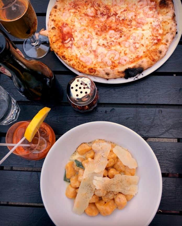 Gnocchis et pizza aux crevettes à La Pizzaiole - Montréal