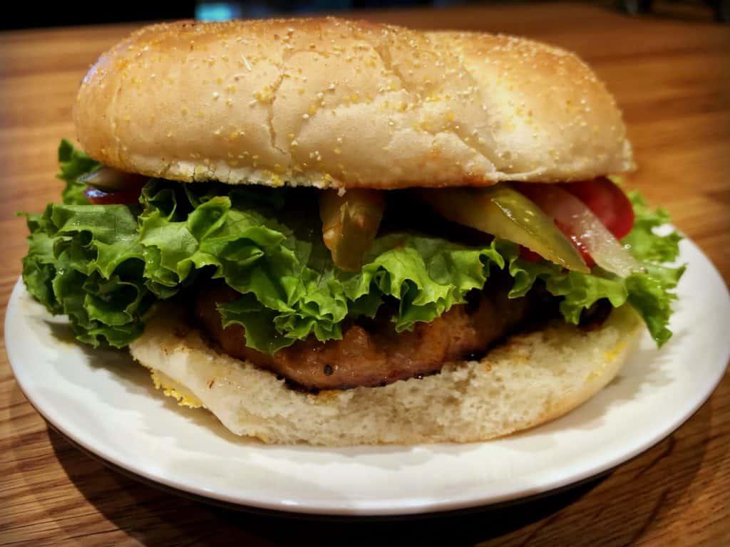 Burger à la saucisses - Aliments Roma - Bouffe : 7 produits pour vos prochains pique-niques, lunchs et barbecues
