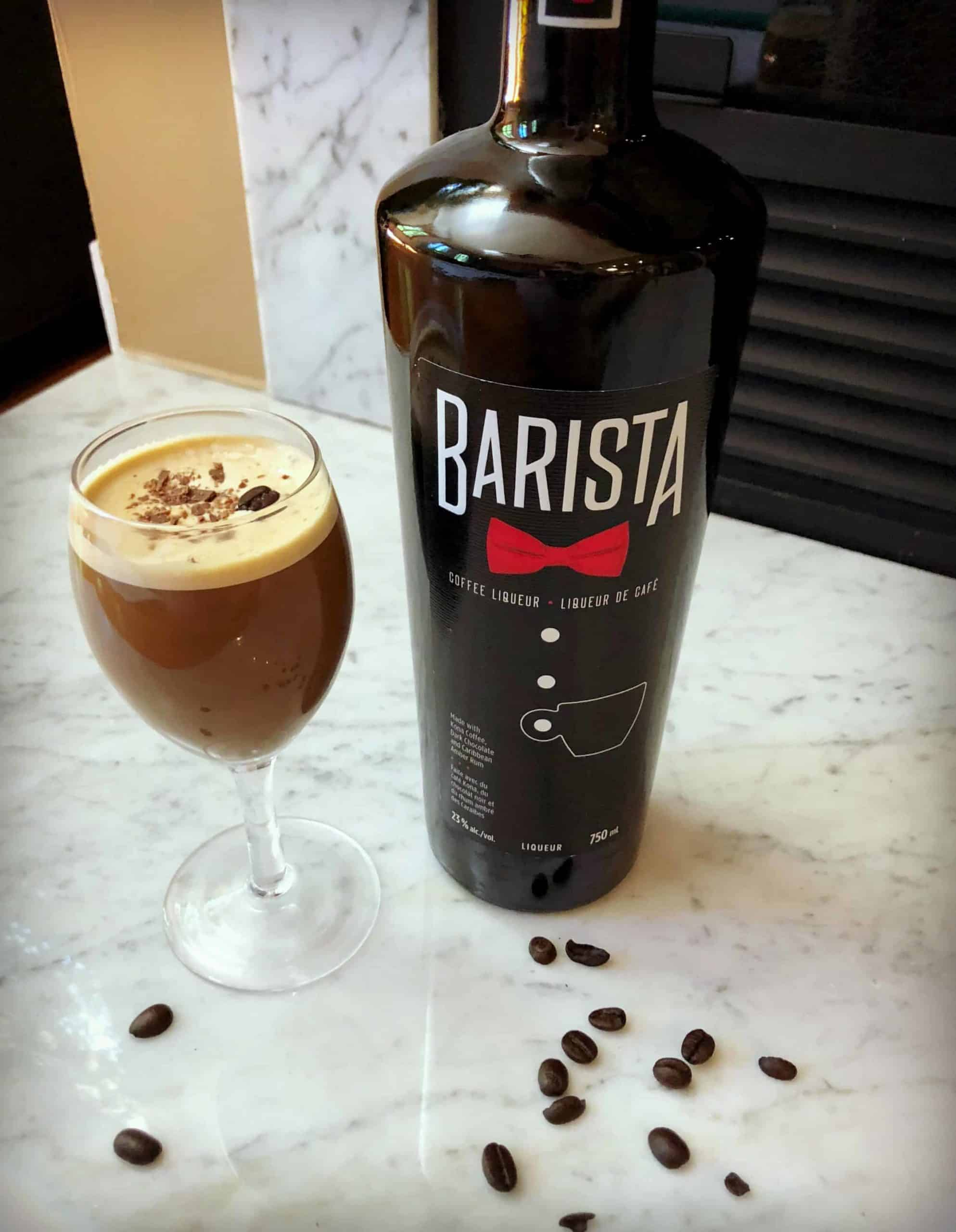 Recette de café alcoolisé Espresso Martini avec liqueur de café et vodka. Parfait pour terminer un repas sur une note festive!