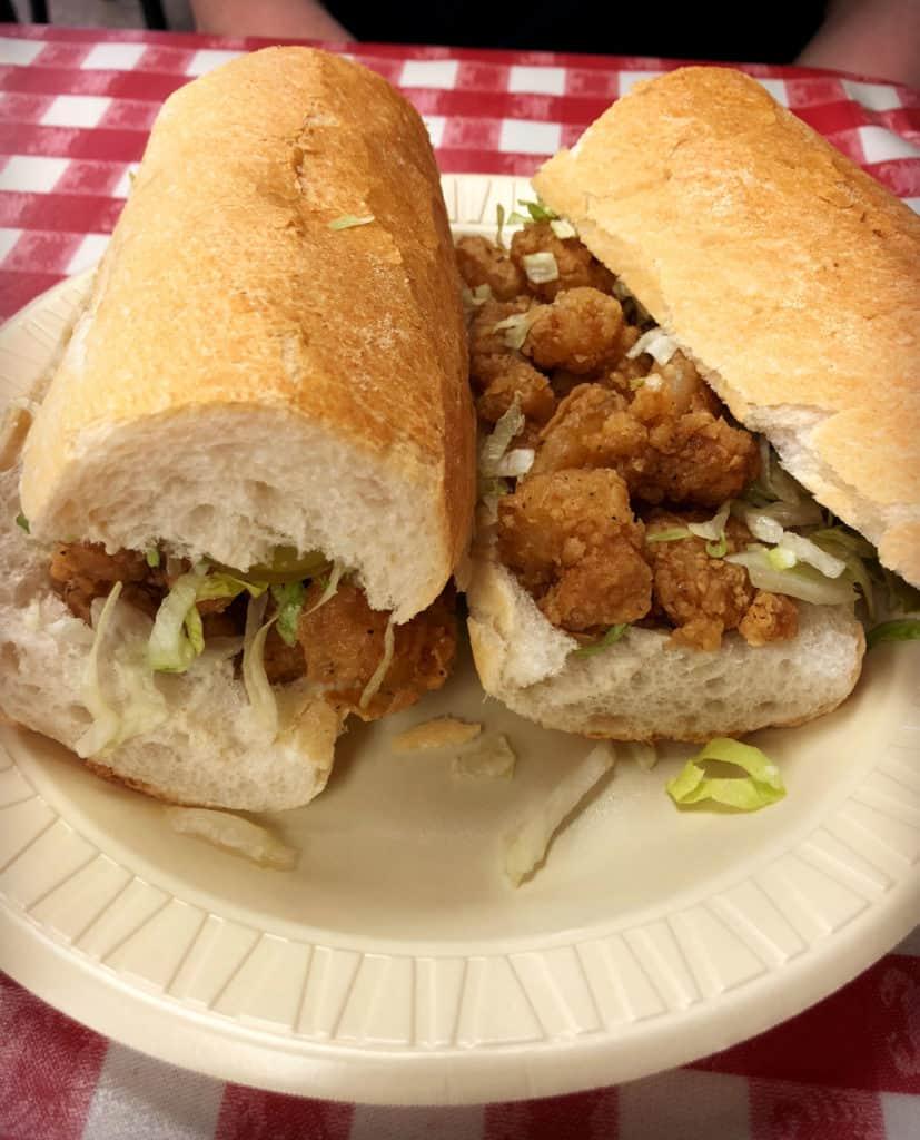 Po-Boy aux crevettes pop-corn chez Johnny's Po-Boys, Nouvelle-Orléans. Si la garniture du po-boy déborde dans l'assiette, c'est que c'est réussi.
