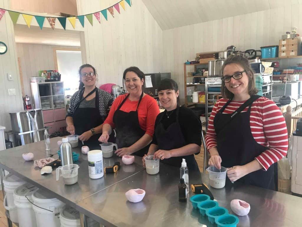 En train de préparer nos savons au beurre de karité, noix de coco et grains de café avec les copines blogueuses de Voyages et Vagabondages, Cinq Fourchettes et maude