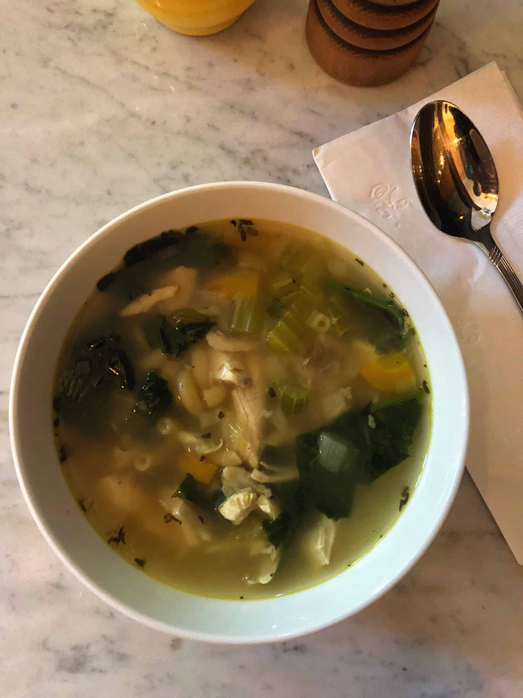 Recette de soupe poulet et nouilles réconfortantes aux fines herbes