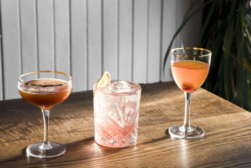 Cocktails dans des verres différents