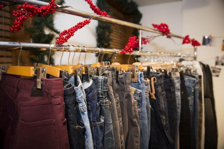 Les jeans qui seront remis à l'Accueil Bonneau