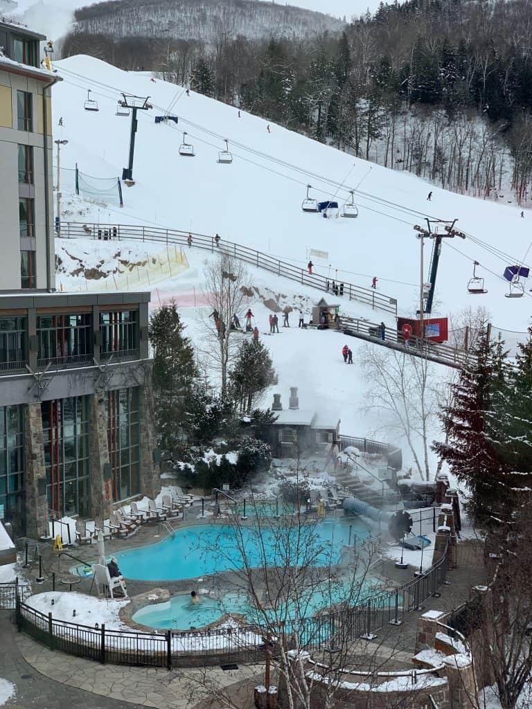 Extérieur du Fairmont Tremblant - Séjour au Mont-Tremblant : où rester et quelles activités faire autre que du ski alpin!